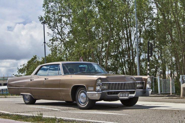 1967 Cadillac Calais, barna limuzin, elölnézet, jobbról döntve