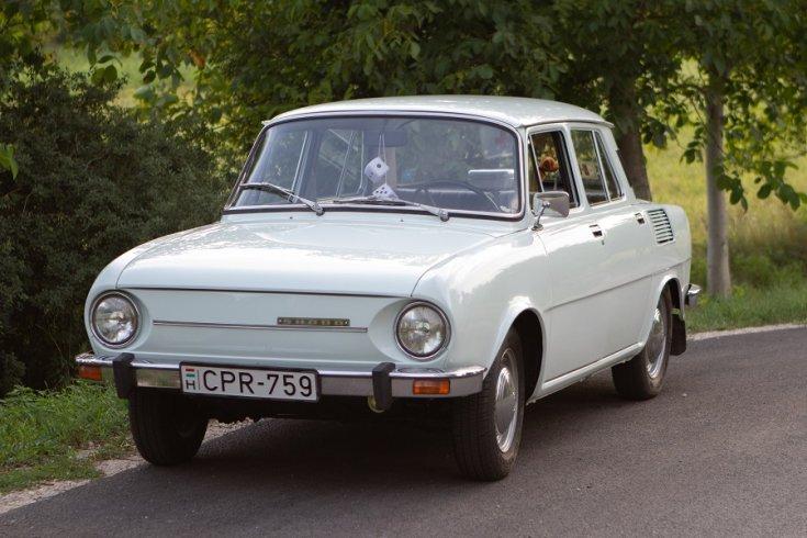1975 Škoda S100, fehér limuzin, elölnézet