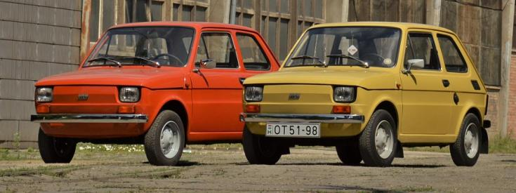 Polski Fiat 126p, 2 autó képen, balra narancs, jobbra sárga, mindkettő krómlökhárítós, elölnézet, oldalnézet, balról, alulról fotózva, háttérben gyárépület