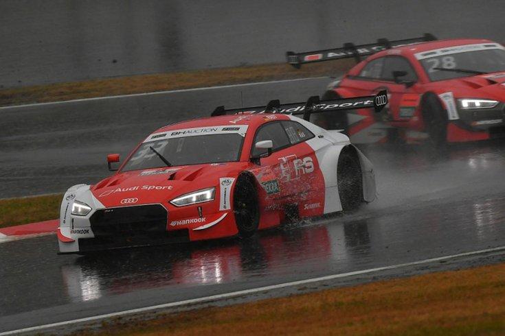 Az Audi versenyautója egy kanyarban fotózva esőben