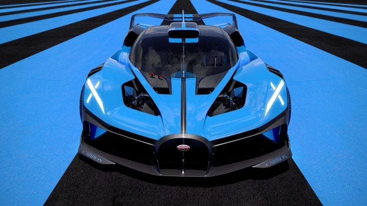 Új Bugatti Bolide egy versenypálya bukóterében a lassító sévokon, szemből