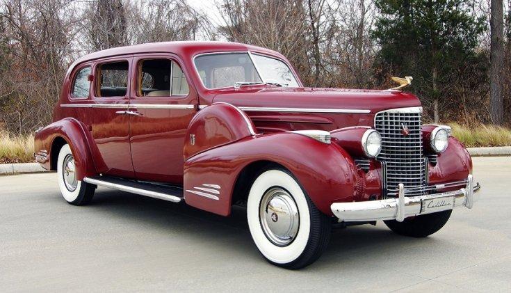 "1939 Cadillac Series 90 ""V16"", piros limuzin eleje"