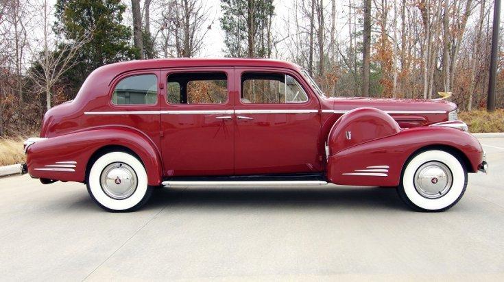 """1939 Cadillac Series 90 """"V16"""", meggyvörös limuzin jobb oldala"""