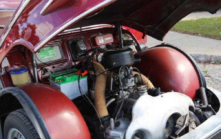 1960 Panhard Pl 17, piros limuzin, nyitott motorét, elölnézet, oldalnézet, balról döntve