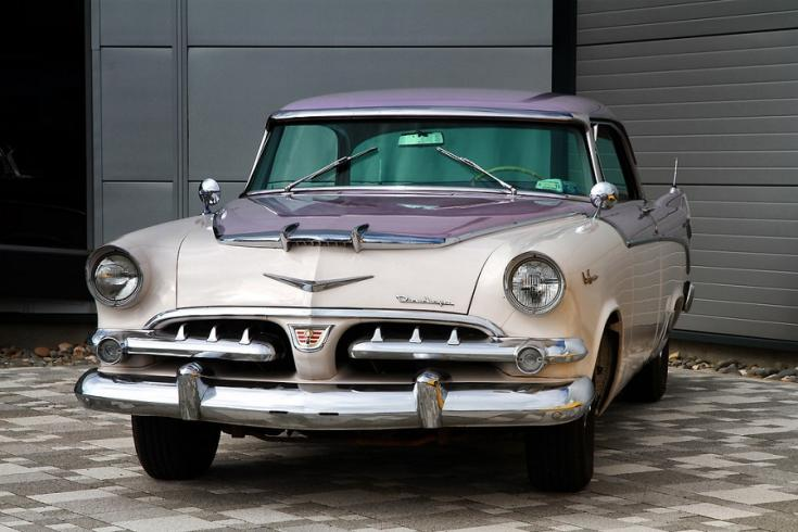 1956 Dodge La Femme, lila fehér kéttónusú festés, elölnézet, oldalra döntve, balról, alulról fotózva