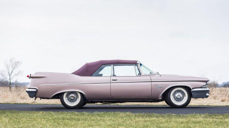 1960 Imperial Crown kabrió, felhúzott tetővel, jobbról