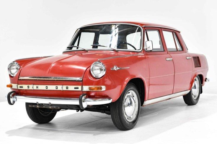 1968 Skoda 1000 MB, piros 4 ajtós szedán, elölnézet, oldalnézet, balról, alulról fotózva, fehér háttérrel