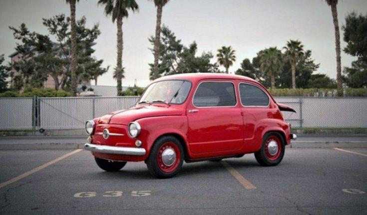 Fiat 600, piros kupé, nyitott motortér