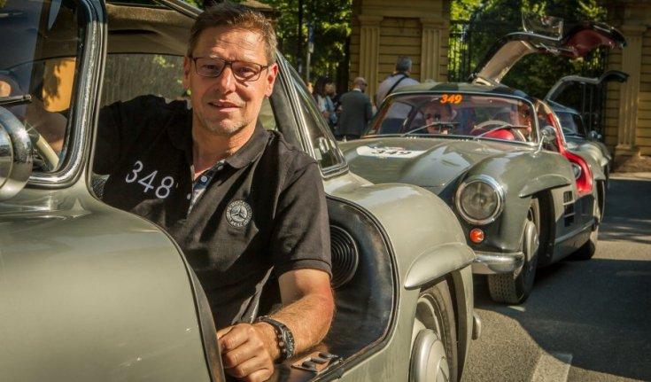 Bernd Mayländer a Mercedes egyik veterán rendezvényén egy autóban oldalról