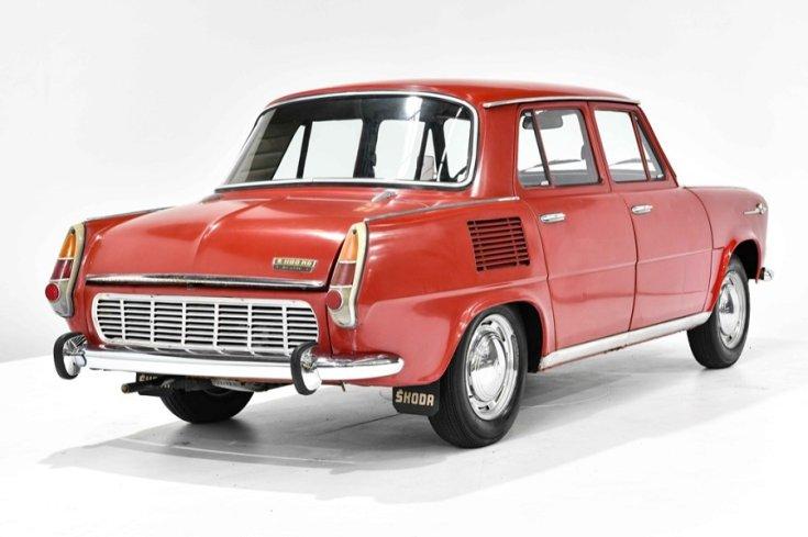 1968 Skoda 1000 MB, piros 4 ajtós szedán, hátulnézet, oldalnézet, jobbról, alulról fotózva, fehér háttér