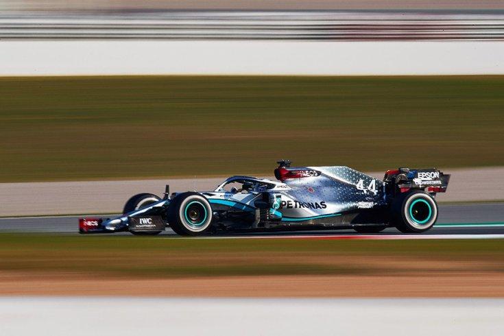 A Mercedes W11 oldalról svenkelt képen