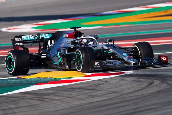 Lewis Hamilton Mercedes W11-e a barcelonai teszten