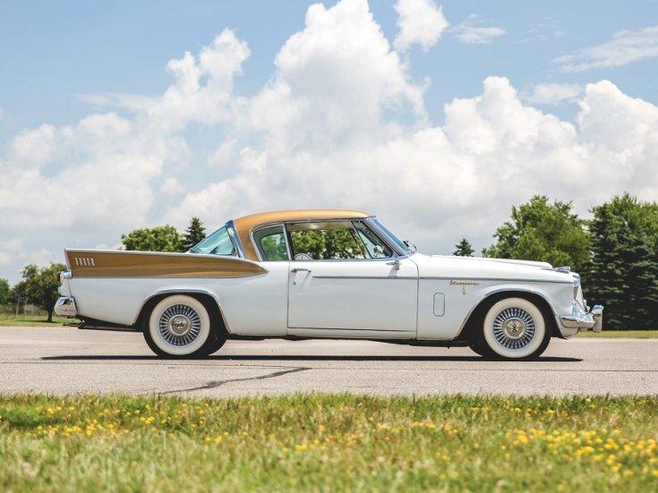 1958 Studebaker Golden Hawk, fehér amerikai sportos GT, aranyszínű tetővel és uszonyokkal, fehér falú gumival, totál oldalnézet, jobbról, alulról fotózva