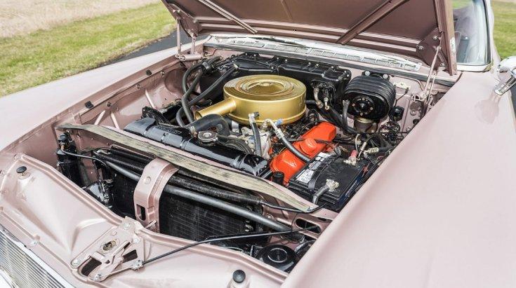 1960 Imperial Crown motortere, szemből lefelé