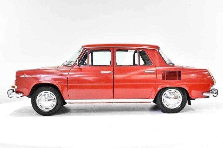 1968 Skoda 1000 MB, piros 4 ajtós szedán, oldalnézet, balról, alulról fotózva, fehér háttér