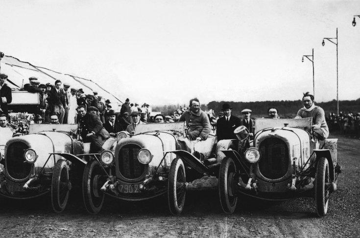 versenyzők készülnek az első Le Mans-i 24 órás versenyre