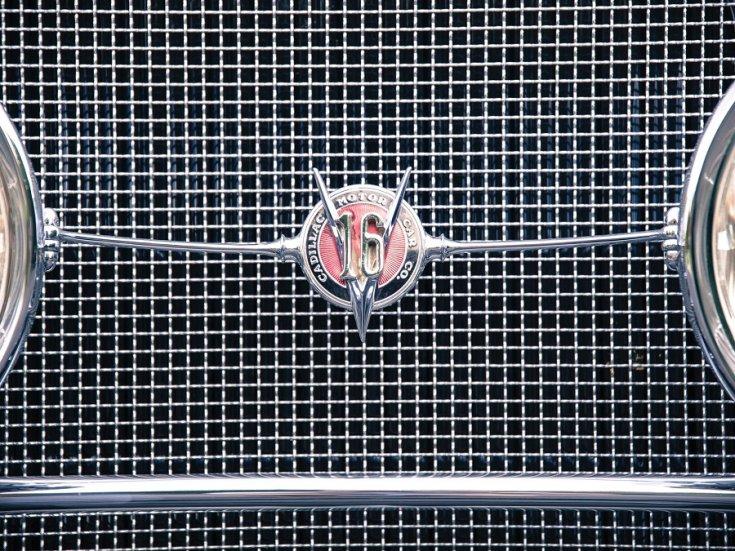 """1931 Cadillac Series 452 V16, hűtőrács és """"V16"""" embléma, elölnézet, szemből, ráközelítve"""