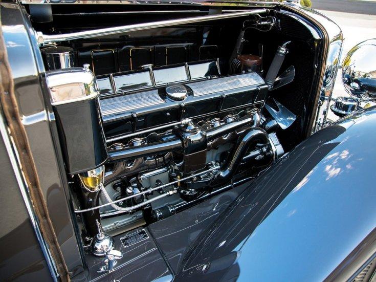 1931 Cadillac Series 452 V16, fekete roadster, nyitott motortér, elölnézet, oldalnézet, jobbról