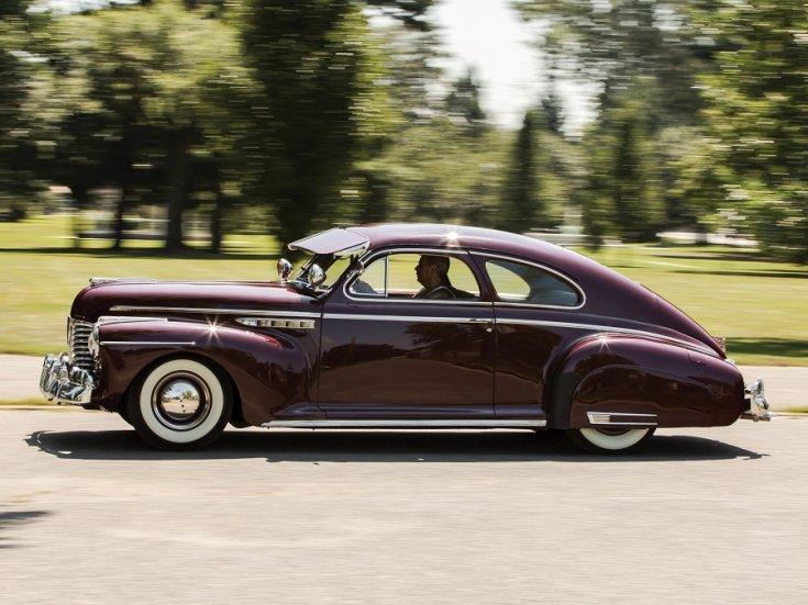 1941 Buick Super, barna sedanette, oldalnézet, balról, menet közben fotózva