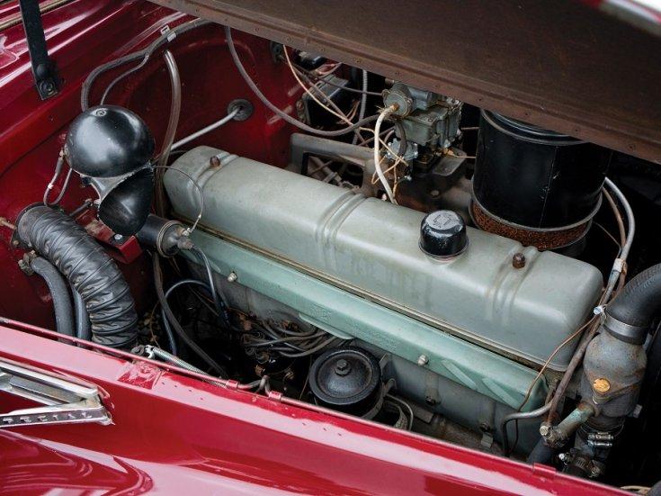1940 Buick Special Sport Phaeton, meggyvörös kabrió limuzin, nyitott motortér, oldalnézet, jobbról, ráközelítve