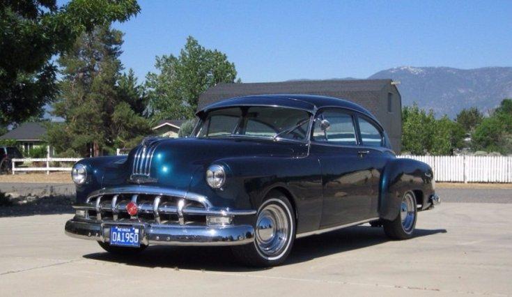 1950 Pontiac Streamliner, kék kupé, restomod, elölnézet, oldalnézet, balról, távolról áközelítve
