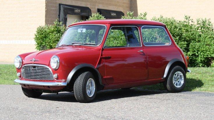 1961 Autin Mini Minorr, vörös, elölnézet, oldalnézet, döntve, balról