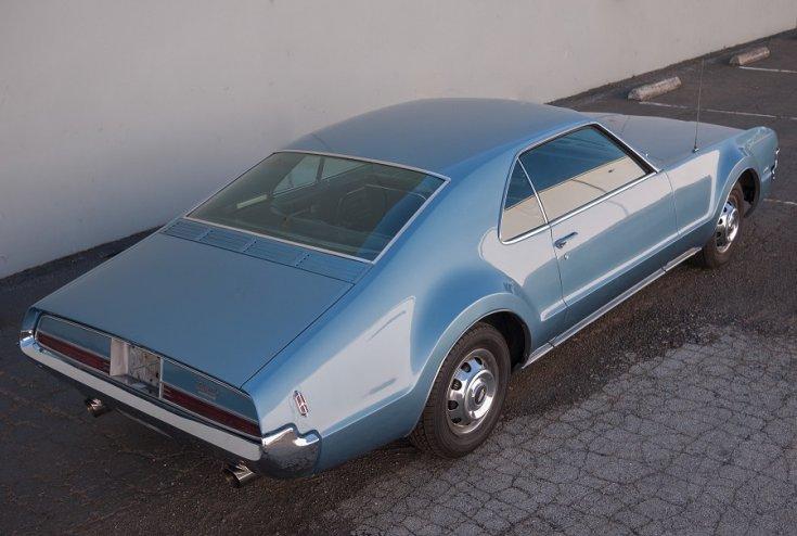 1966 Oldsmobile Toronado, kék, hátulnézet, oldalról, jobbról