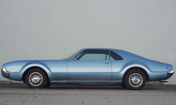 1966 Oldsmobile Toronado, kék, oldalnézet, balról