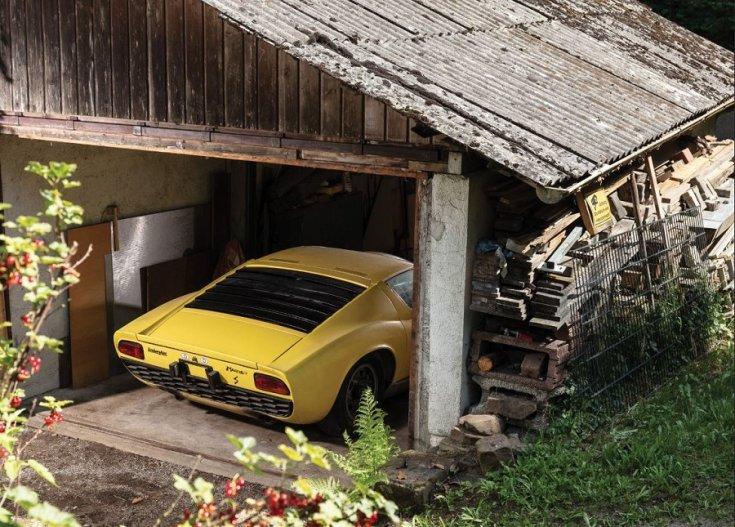 1969 Lamborghini Miura P400 S hátsó része kilátszik egy garázsból1969 Lamborghini Miura P400 S hátsó része kilátszik egy garázsból