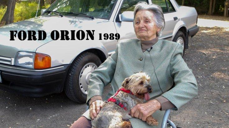 1988 Ford Orion, szürke szedán, előtérben Rozi néni ül, ölében a yorkija