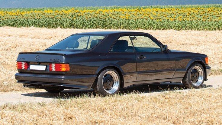 Az 1991-es Mercedes-Benz 560 SEC AMG 6.0 'Wide-Body' hátulról negyvenöt fokban fotózva