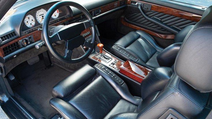 A Mercedes-Benz 560 SEC AMG 6.0 'Wide-Body' első üléssora és műszerfala