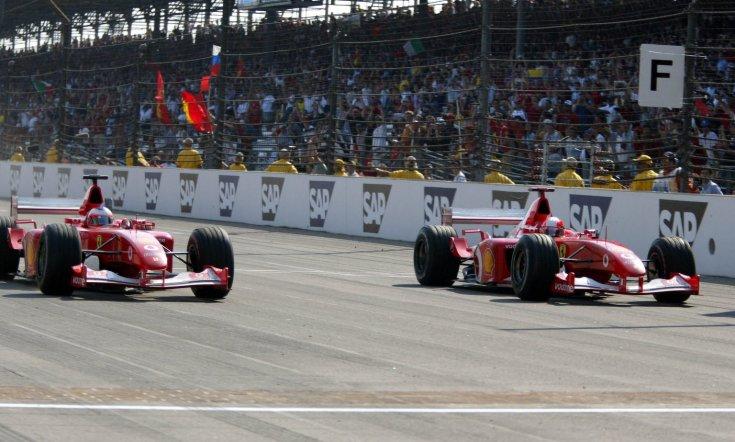 Barrichello és Schumacher a 2002-es Amerikai Nagydíj befutója pillanatában
