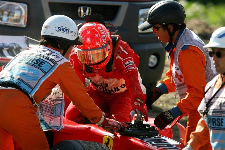 Schumacher kiszáll a Ferrariból miután kiesett a 2006-os Japán Nagydíjon