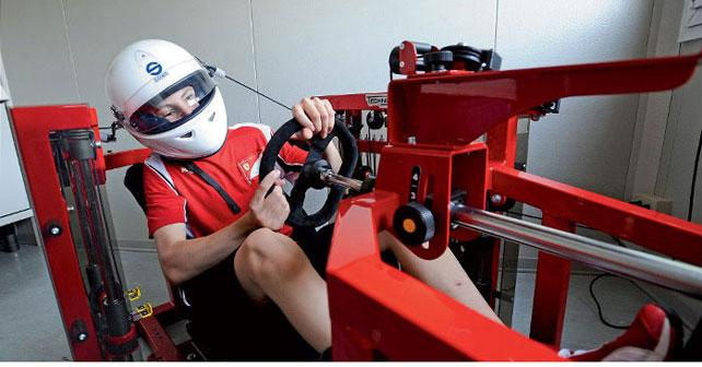 Autóversenyző szimulált vezetés