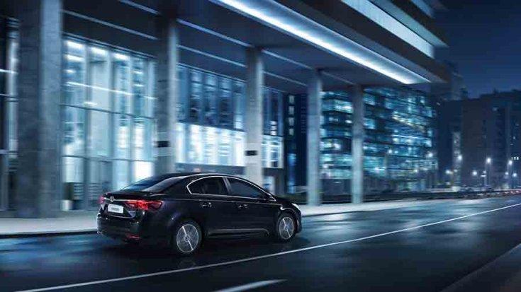 2016 Toyota Avensis utcai, éjszakai fotón