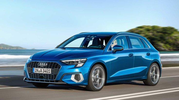 2020-as Audi A3 Sportback egy autópályán féloldalról