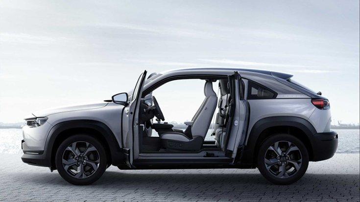 A Mazda MX-30 oldalról fotózva nyitott ajtókkal