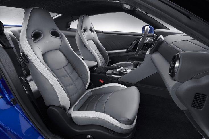 2020 Nissan R-35 GT-R Bayside Blue színben, szürke belsővel