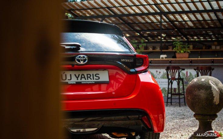 2020-as Toyota Yaris Hibrid hátulról