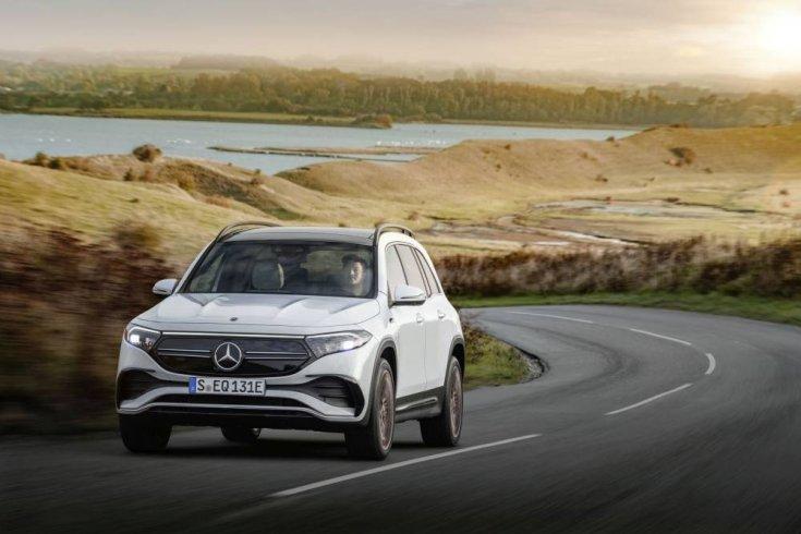 Mercedes EQB szemből, menet közben