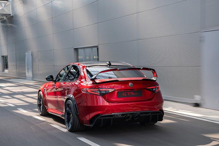 2021 Alfa Romeo Giulia GTA, menet közben hátulról menetközben