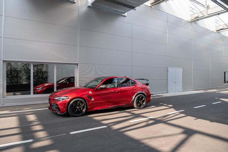 2021 Alfa Romeo Giulia GTA, menet közben oldalról
