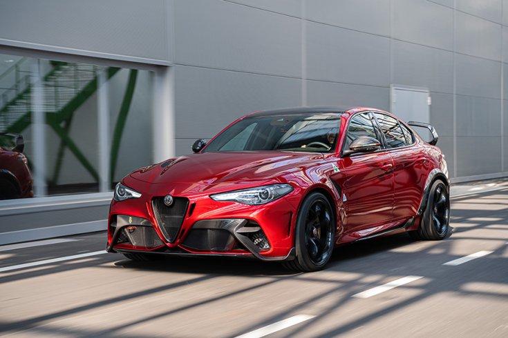 2021 Alfa Romeo Giulia GTA szemből, menet közben