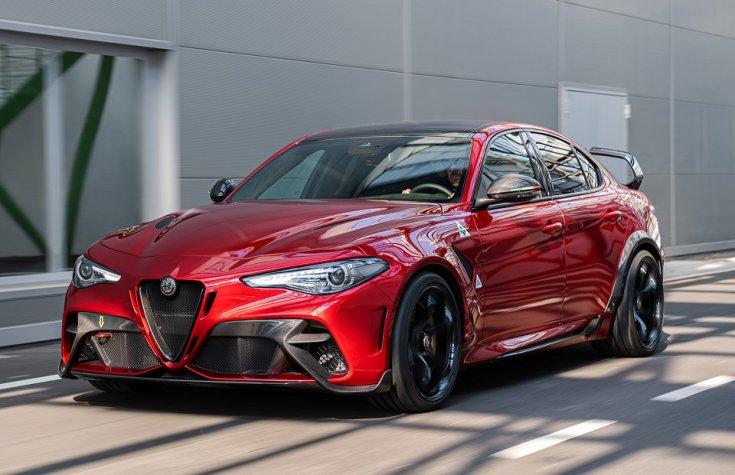 Alfa Romeo Giluia GTA szemből, menet közben