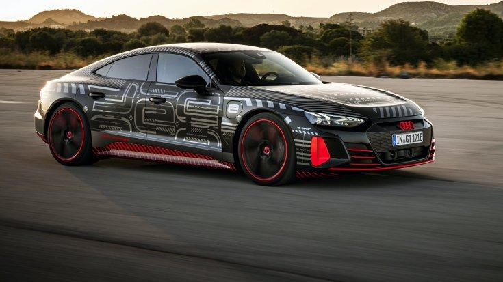 Audi RS e-tron GT szemből, menet közben