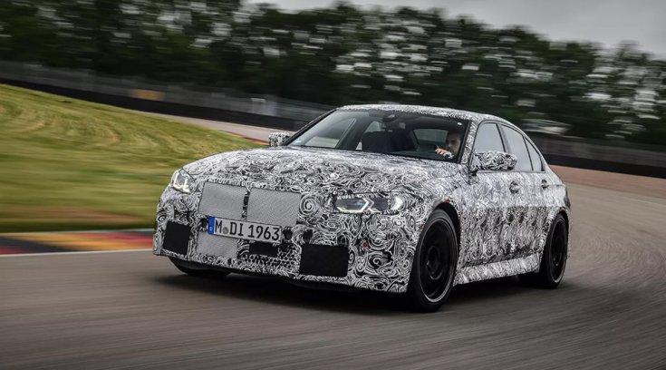 álcafestéssel ellátott 2021-es BMW M3 CS menet közben
