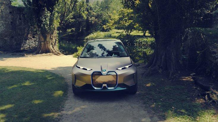 BMW Vision iNext parkos környezetben szemből