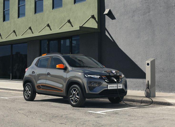 2020-as Dacia Sprint elektromos modell egy városi utcán töltővel