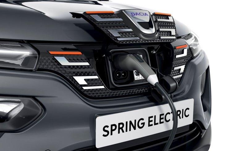 Dacia Sprint tisztán elektromos modell orrán lévő töltő bemenettel töltés közben